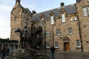 争博物馆门口的海格伯爵雕像   站在城堡里看外面的景色也是无比的动...