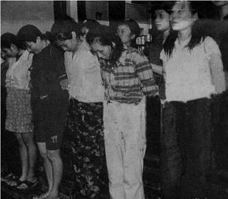 1983年:严打期间,类似女犯人的烫发进去后肯定都要被剪掉   名利双...