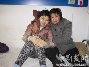 图为:病床上,张佳佳与母亲互相鼓励(图片由陈欣春提供)-突遭变...