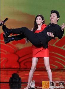 发布会   ,女主角   林志玲穿着高雅礼裙,高举黄渤显大力士   风范.   ...
