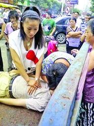 年轻女子和老伯家人交替做着人工呼吸与心脏按压.来自被救老人家属...