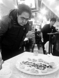 完饭用鸡骨头摆成人骨架的视频走红网络,引得网友纷纷赞王教授