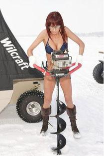 ...尼冰上钓鱼队 美女不畏严寒凿冰钓鱼