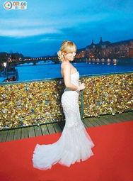 在法国巴黎出席电影首映礼,她的... Alvin更专程先到巴黎出席高级订制...