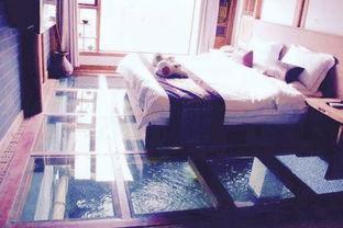 床下与鱼池隔着块钢化透明玻璃,旅客能透过特制的钢化玻璃里的小孔...