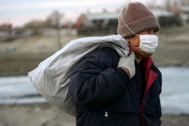 污一点的网名男生-...松花江边,一名男子戴口罩赶路.照片摄于2005年11月25日.-图片...
