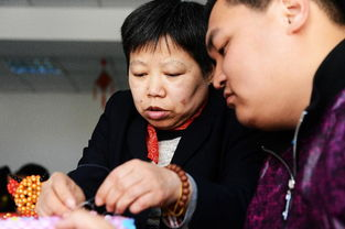 ...上指导智障学员做手工.新华社记者  -肢残教师编织 助残梦