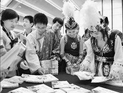 ...本》首发式暨向边疆少数民族少年儿童赠书仪式在北京举行.图为来...