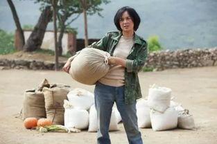 梁家辉在《我的教师生涯》中扮演乡村教师的剧照.这位手扶拖拉机...