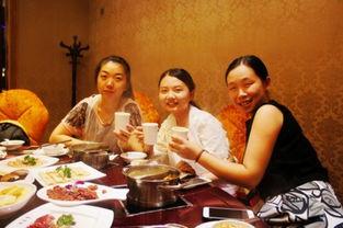 美女吃货们都吃得非常开心哦!-中国100家最好吃餐厅 长沙德庄火锅