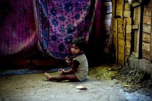 污一点的网名男生-...名营养不良的小男孩坐在晾干的毛毯下啃着干面包,他生活的地方是...