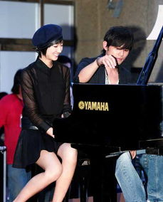 周杰伦笑谈绯闻 为桂纶镁弹钢琴演绎浪漫