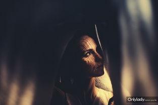 光影中的神秘少女 光线变化带动了作品情绪