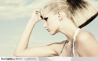 火辣辣的漂亮美女图片素材 顶着头在专心思考的女人