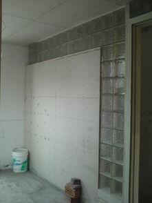 间,带玻璃砖的隔墙,给楼梯间留点光线