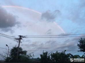 落时,常在西方地平线下发出数条放射状红蓝相间的美丽光芒,发射至...