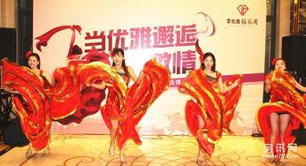 ...,优雅的舞者在响指、掌声和吉他中,起舞、回旋、鲜红的裙裾飞扬...