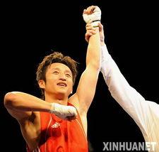 ...国选手邹市明在51公斤级决赛中战胜泰国选手卡欧,夺得冠军.-邹市...