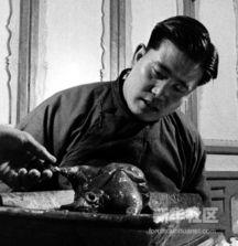 北京白填鸭,在宰杀去内脏后,在腔内支上高粱杆,并吹鼓,风干挂成...