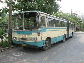 ...臧玉海等人研制成功BD562 型铰接式无轨电车,这是北京第二代无...