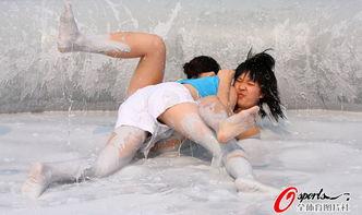 中国式泥浆赛 美女湿身诱惑 手挥皮鞭打选手