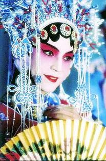 h小君辛妮-尊龙在《蝴蝶君》里的京剧造型相当俏丽,因此陈凯歌最初为