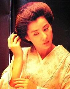 ...千变万化,非常迷人.就拿她主演的影片来说,她扮演的角色就有...