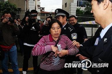 周正龙妻子不满未能旁听庭审 欲强行闯入法庭