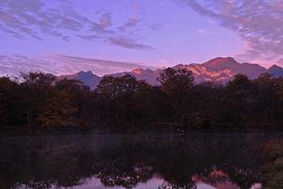 超级圣树-秋天的神农架色彩斑斓,神秘莫测的云雾与山、水、树、石融合在一起...