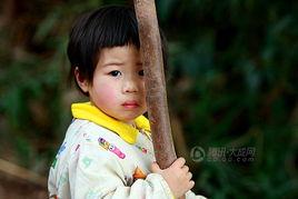 小山村里可爱的小女孩 旅游户外