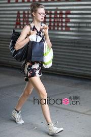 一黑鬼干白妞-长腿超模的街拍美照我们继续来翻阅!超模It Girl露比·阿尔德里奇 (...