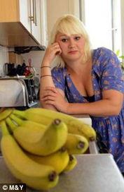 病症的人对这种黄色且弯曲的水果... 哥哥詹姆斯与她开玩笑将一只