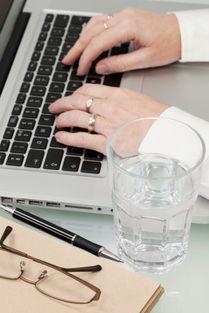 无料工口在线播放- 上班族常常会因忙碌的八小时工作而忽略了饮水,建议这些人养成下班...
