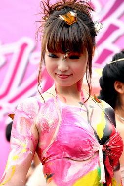 张筱雨人体彩绘扮 蝴蝶仙子 巨蟒缠身现场派发全裸照