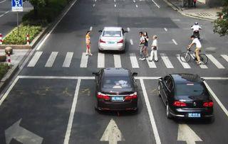 不礼让斑马线事故-路面车辆行人