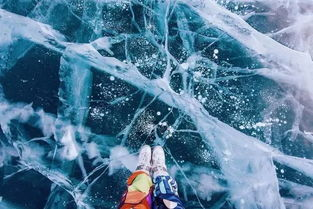 冰湖面上,看着太阳慢慢升起来,慢慢地落下去,蓝蓝的冰面渐渐转红...
