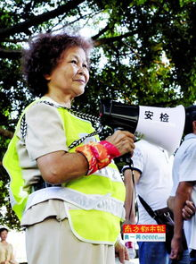 69岁的练大姐是珠江夜游码头志愿者里年纪最大的.-这夏天我们在做...