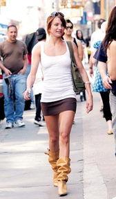 五月丁香啪啪综合激情r-Cameron Diaz轻装逛街,白色背心搭配棕色超短裙,将她的曲线勾勒...