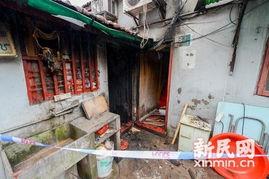 式里弄内,一间棋牌室和两栋民宅相继起火,造成4人烧伤,其中两人...