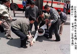 """图为北京便衣警察在街头突击抓捕一名犯罪嫌疑分子.   1983年""""严打..."""