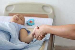 ...虚弱的楠楠还在输液,在一旁护理的男朋友紧握着楠楠的手.-大二女...