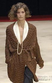 彩色的人-想塑造安静典雅的淑女气质,针织毛衣是不二之选,深褐色的颜色给人...