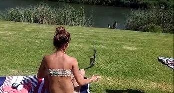 南非比基尼美女徒手抓眼镜蛇视频爆红