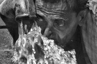 污一点的网名男生-印度男子饮用受污染的井水 当代热点类单幅三等奖