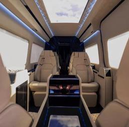车顶以及一整套娱乐系统,包括电... 因为奔驰公司推出了一款专为天皇...