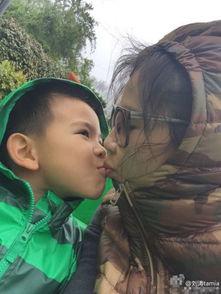 ...四口游玩照 与儿子甜蜜亲吻