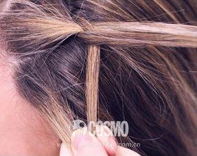 step4:编好后用U型卡把辫子固定在头发里,让散着的头发盖住卡子....