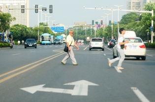 横穿马路的市民-江阳路 运河南路等为何事故频发 记者连续两天回访事...