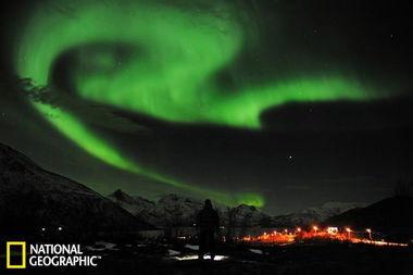 ...绿色极光悬挂在天空中.本周发生的太阳爆发强度极高,导致地球上...
