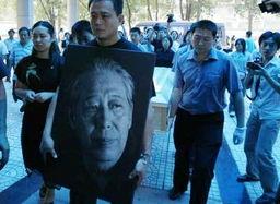 ,昨天在吊唁的人群中一拨儿20多位白发苍苍的老人引起了记者的注意...